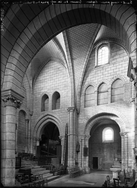 Intérieur : premières travées de la nef et du bas-côté nord, marches de l'entrée