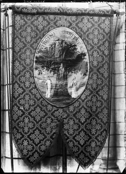 Bannière de procession ornée d'une inscription latine : VIRGINI PARITURAE