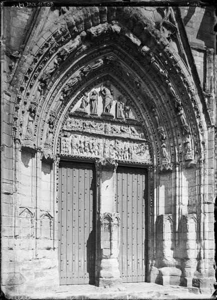 Façade ouest : portail central, vue rapprochée