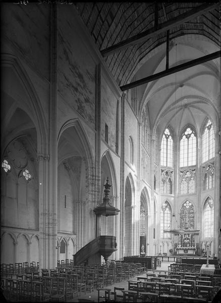 Intérieur : nef vers le choeur, chaire à prêcher