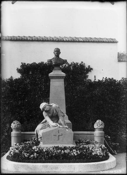 Vue d'ensemble : buste en bronze du général