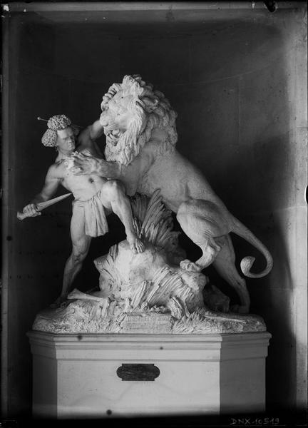 Groupe sculpté : « Un duel à mort », combat entre un Africain et un lion