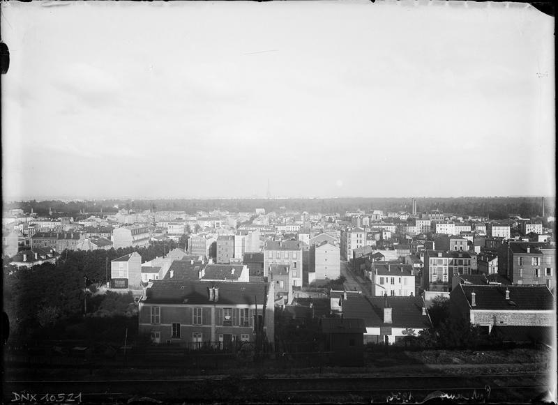 Paysage urbain : un quartier de la ville en bordure de la voie ferrée, vue vers le sud-est