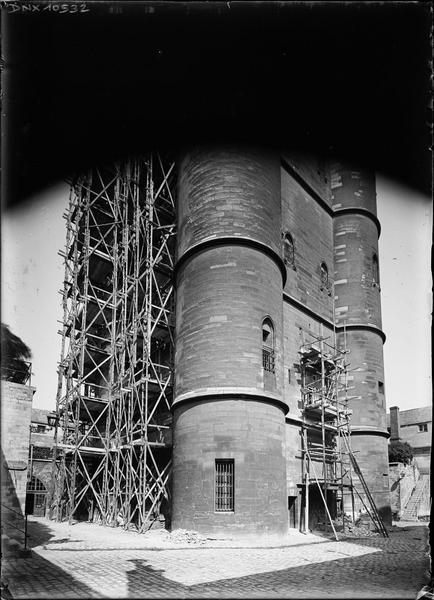 Donjon : partie inférieure de l'ensemble sud-est, échafaudages dressés pour la restauration des fenêtres
