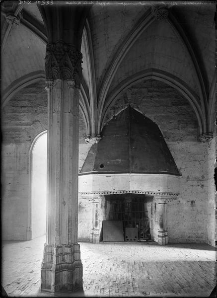 Donjon, intérieur, deuxième étage : appartement de la reine, pilier central et cheminée