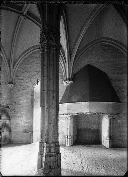 Donjon, intérieur, troisième étage : salle des enfants royaux, pilier central et cheminée