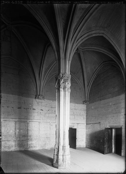 Donjon, intérieur, premier étage : appartement du roi vu du nord-ouest vers le sud-est, pilier central