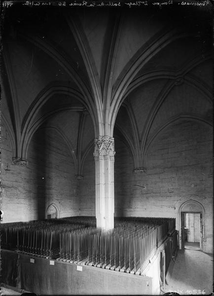 Donjon, intérieur, deuxième étage : salle de la reine vue du sud-ouest vers le nord-est, forêt de baïonnettes autour du pilier central