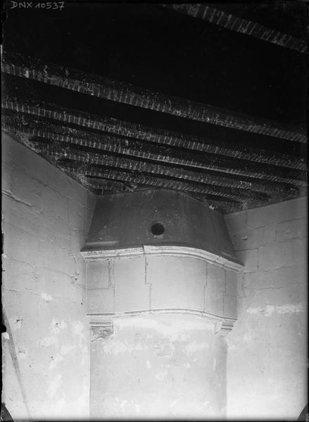 Donjon, intérieur, deuxième étage, tour sud-ouest : cheminée d'angle de la chambre des reines, plafond en cours de démolition