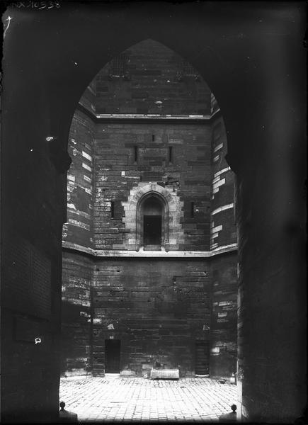 Donjon : détail de la façade est vu à travers le porche du châtelet