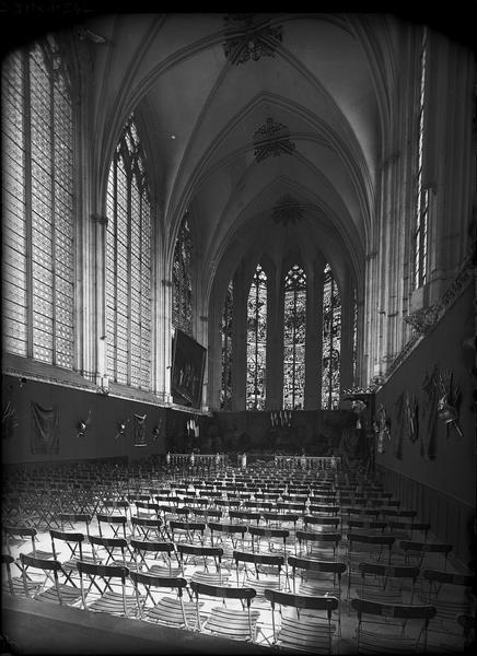 Sainte-Chapelle, intérieur, choeur : préparatifs de la fête du 9 juin 1912 pour l'inauguration de la plaque de Philippe Ogées