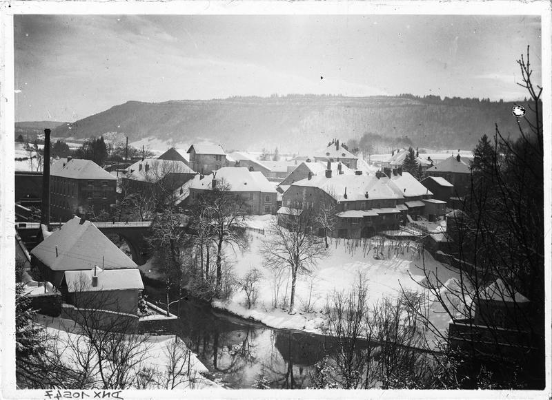 Rives de l'Ain, usine et maisons sous la neige