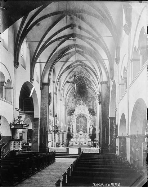 Intérieur : nef vers le choeur, maître-autel