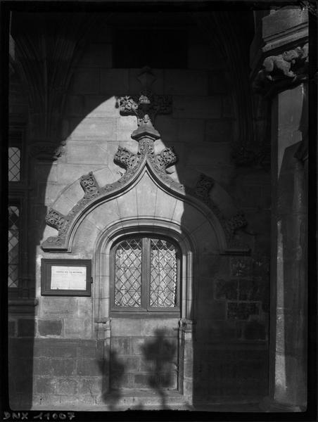 Façade : détail d'une fenêtre sous les arcades