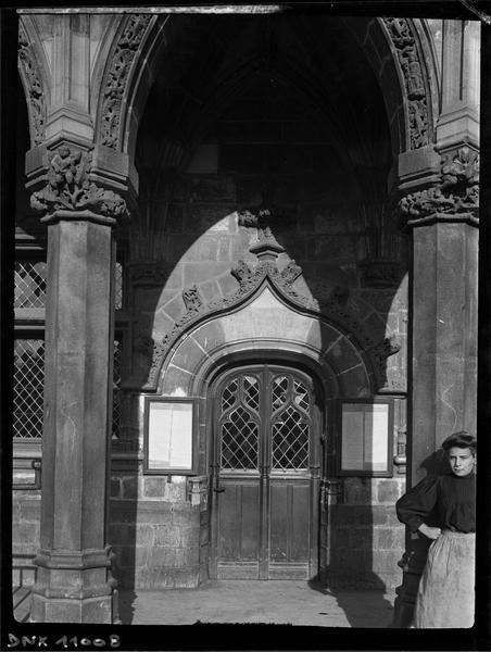 Façade : détail d'une porte sous les arcades