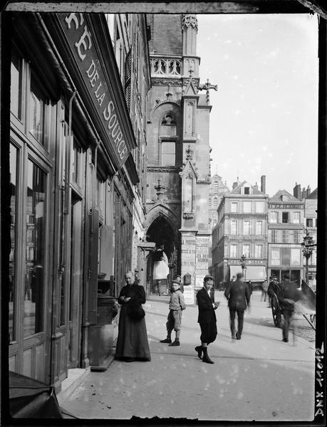 Vue latérale des arcades sur la place et Café de la Source