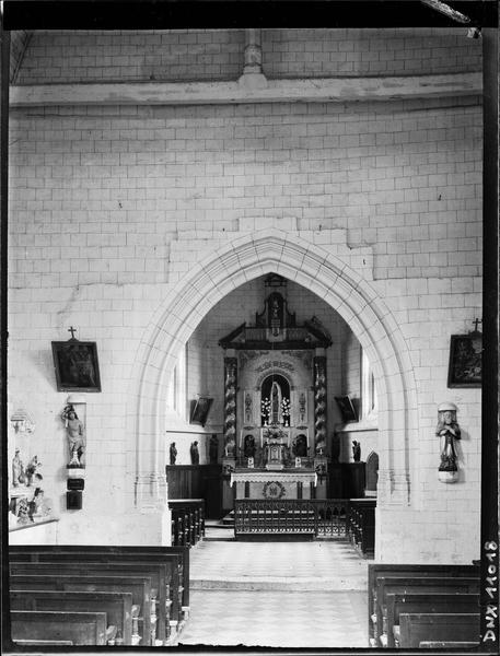 Intérieur : choeur et maître-autel vus de la nef