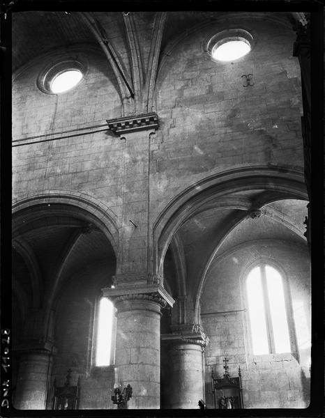 Intérieur : colonnes, chapiteaux et voûte