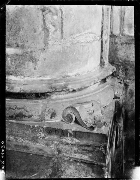 Intérieur : détail d'une base de colonne