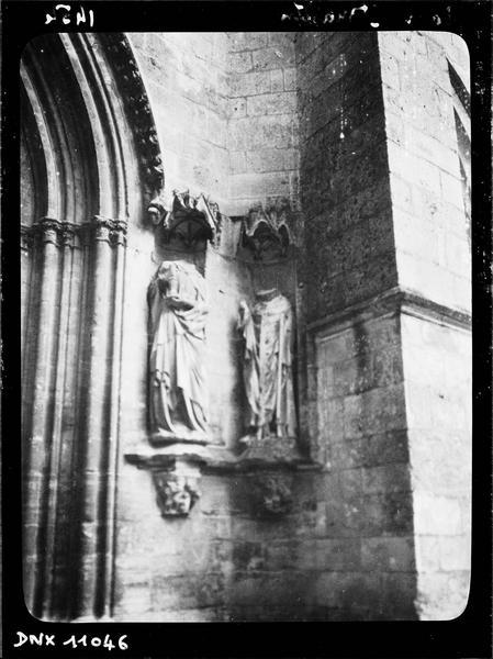 Façade ouest, portail central : détail du piédroit de droite