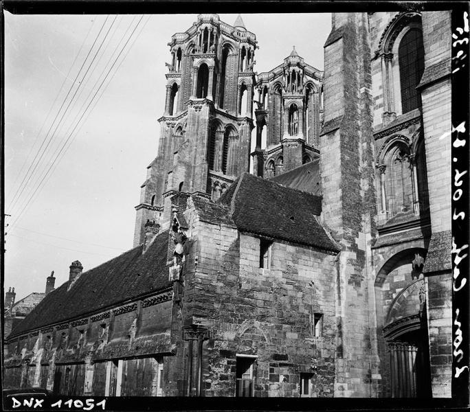 Partie supérieure de l'évêché, et tours de la cathédrale Notre-Dame à l'arrière-plan