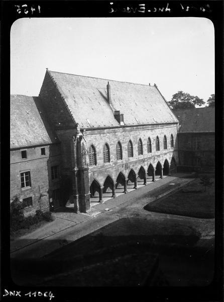 Cour et façade sud, vue plongeante