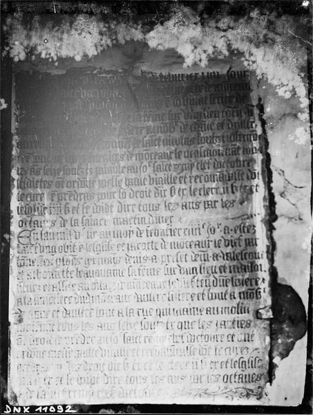 Pierre tombale gravée d'inscriptions