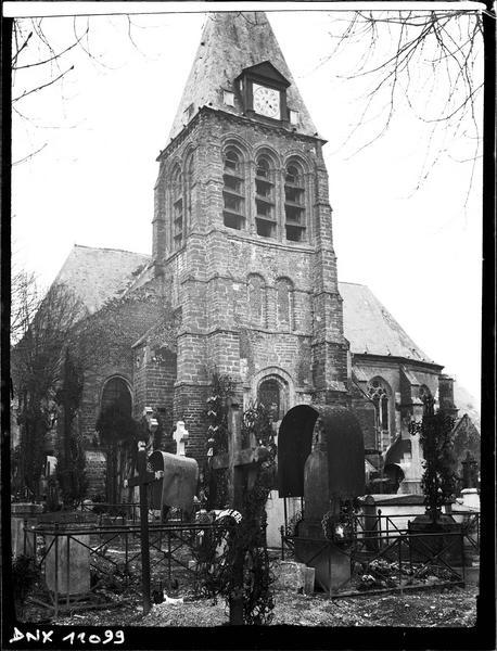 Clocher à l'arrière-plan du cimetière