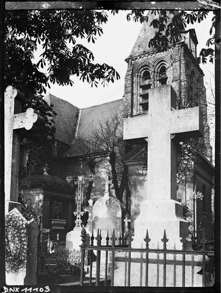 Croix de cimetière, clocher à l'arrière-plan