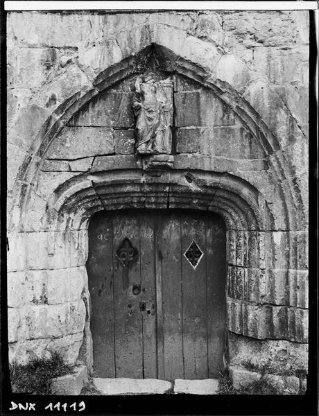Porte surmontée d'une statue mutilée