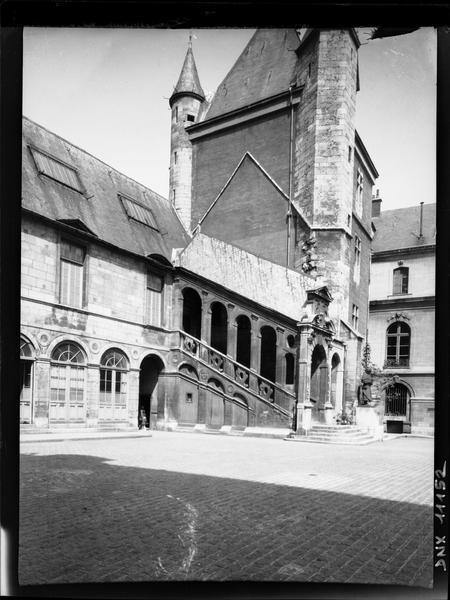Cour de Bar : tour de Bar et escalier de Bellegarde