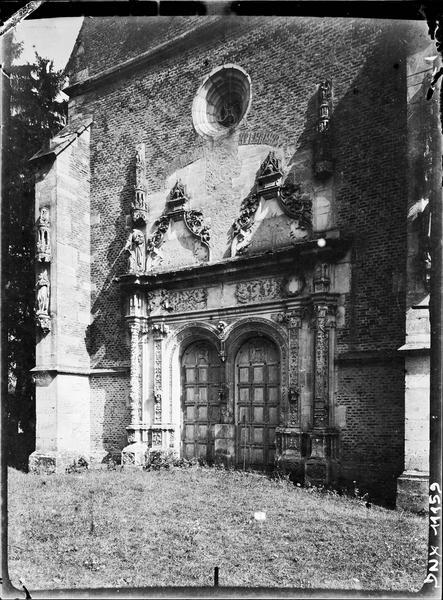Chapelle : portail de la façade ouest