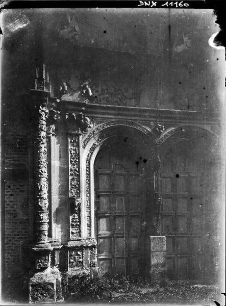 Chapelle : portail de la façade ouest, vue rapprochée
