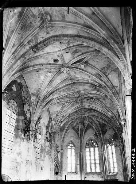 Chapelle, intérieur : fenêtres et voûtes