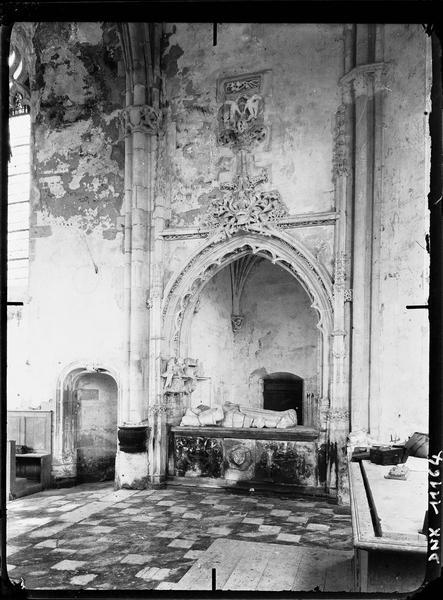 Chapelle : tombeau de Jean de Longuy et de Jeanne de Vienne dans le transept nord