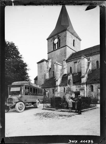 Détail de la façade nord en arrière-plan du monument aux morts