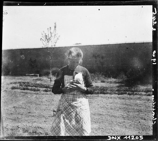 Femme présentant sa récolte