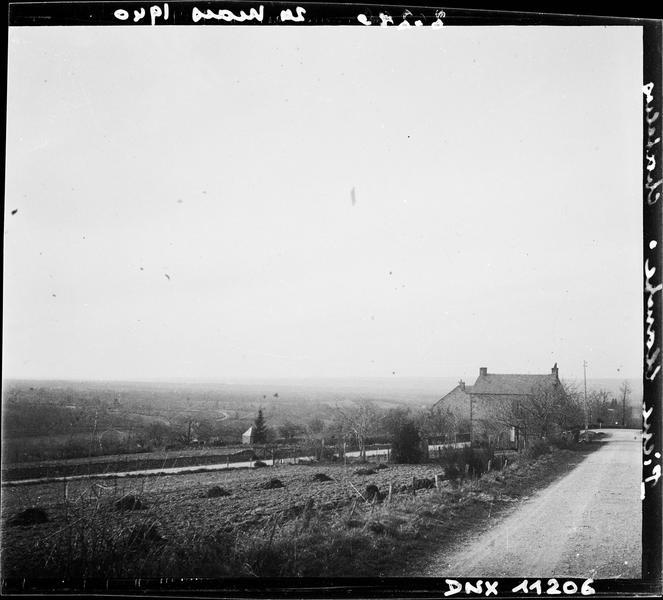 Paysage rural : maison et champs en bordure d'une route