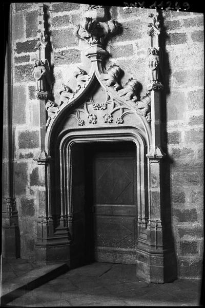 Porte entourée d'un décor sculpté