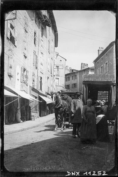 Rue du village : voiture à cheval, «Courrier du Puy au Monastier»
