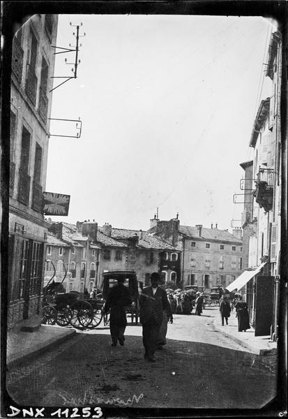 Rue du village : personnages et carrioles