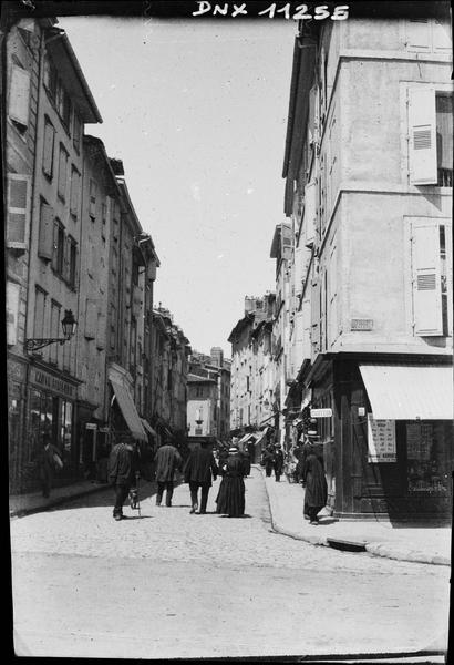 Rue débouchant sur la place du Breuil : vue perspective