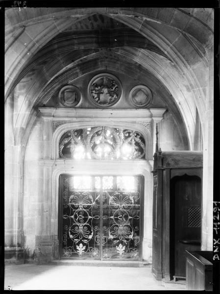 Intérieur : porte et grille en fer forgé de la première chapelle sud de la nef dite chapelle des Fonts