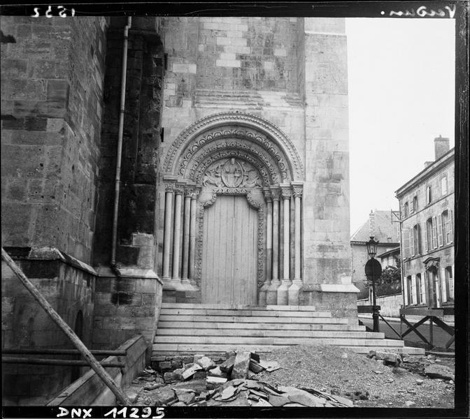 Transept nord : portail du lion