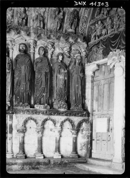 Porche sud : statues de l'ébrasement droit
