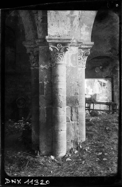 Intérieur, bas-côté nord : colonnes et chapiteaux