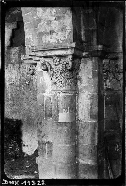 Intérieur, bas-côté nord : chapiteaux sculptés d'entrelacs