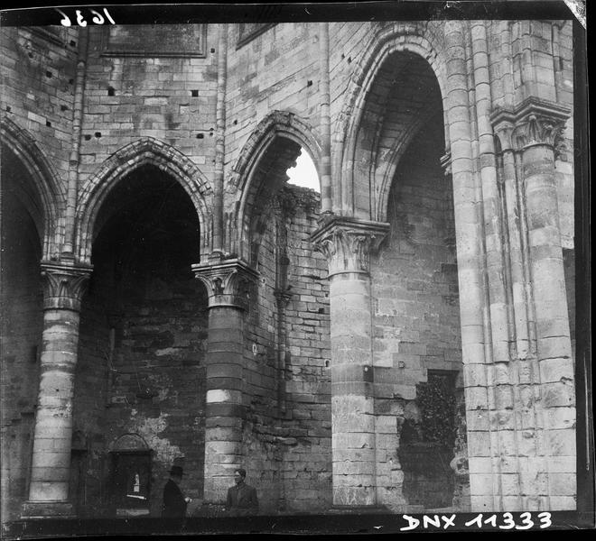 Ruines de l'église : colonnes et chapiteaux du choeur