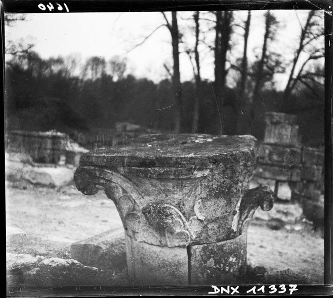 Ruines de l'église : chapiteau déposé