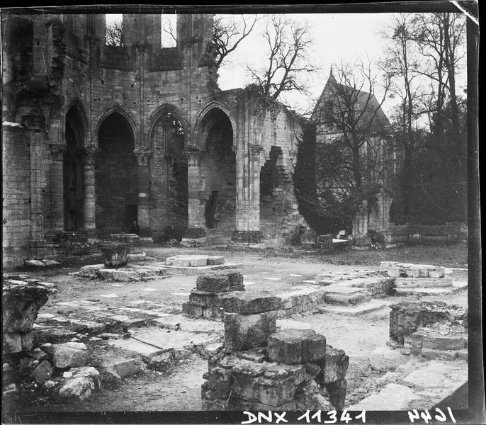 Ruines de l'église, et chapelle de l'Abbé en arrière-plan